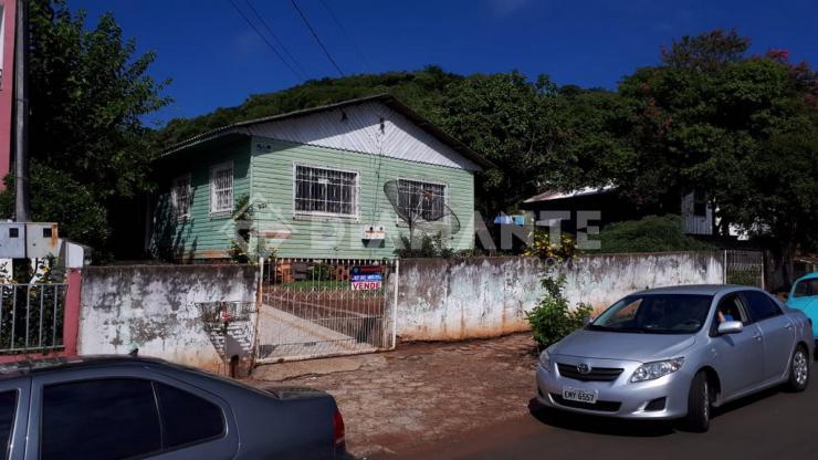 AMPLO TERRENO com Ótima Localização, próximo ao Centro, possui 02 Casas Mistas