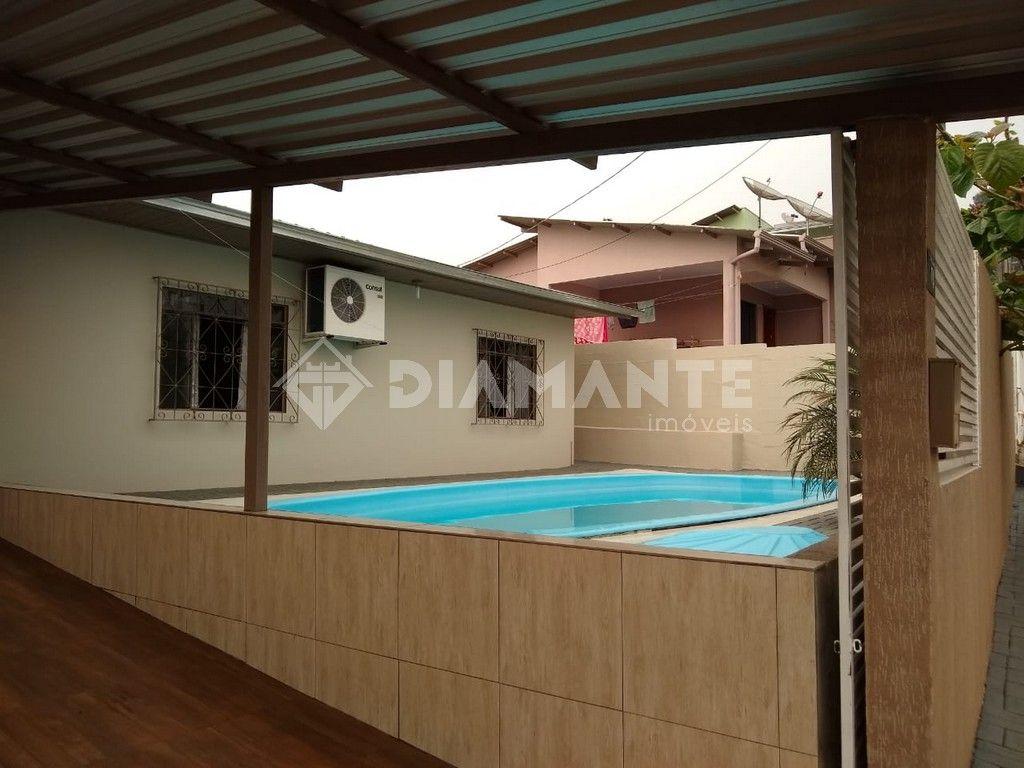 Casa com Piscina, Bem Localizada, com ótima sobra de terreno disponível.