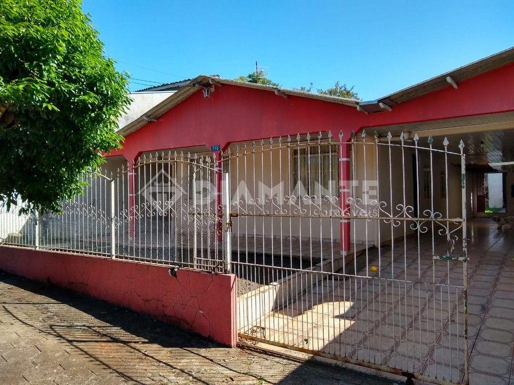 Casa em Alvenaria, no Bairro Luther King, Terreno Murado e com Belo Gramado!