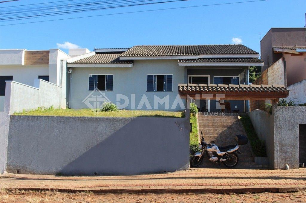 Casa Confortável, com Excelente Localização, 03 Dormitórios, Quintal Amplo!