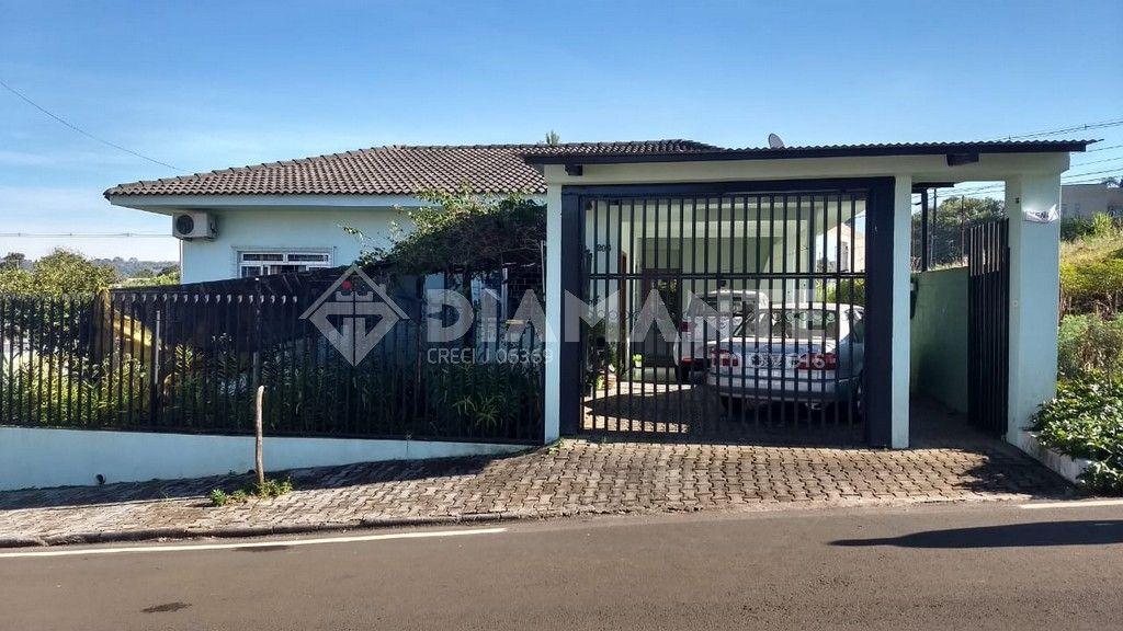 Casa Ampla com Sobra de Terreno, 01 Suíte + 02 Quartos, Garagem para 03 Carros!