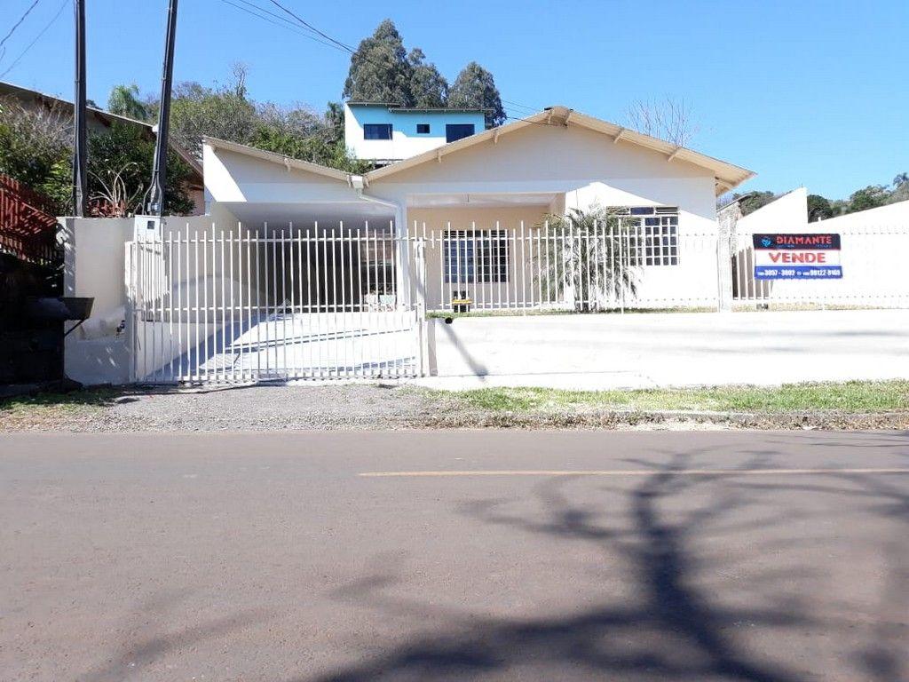 Casa com 03 Dormitórios, 02 Vagas de Garagem, Possui Sobra de Terreno.