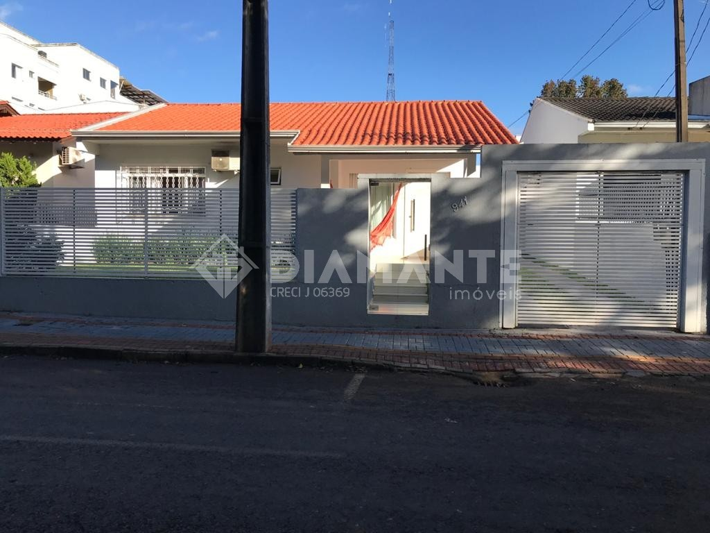 Casa com 01 Suíte + 02 Quartos, Possui Móveis Planejados e Edícula!