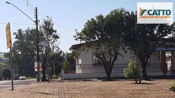 Duas casas com terreno de esquina medindo 1466 M² na saída p/ Realeza-PR.